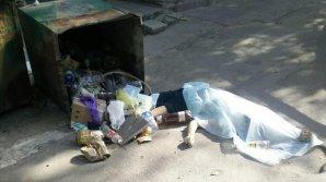 Труп женщины нашли рядом с мусорным контейнером на Ботанике (18+)