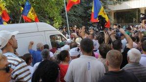 Во время протеста оппозиции микроавтобус въехал в толпу и направился к кордону полиции: видео
