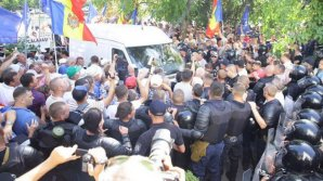Четверо полицейских пострадали во время столкновений с протестующими у здания Moldova 1