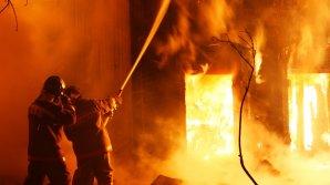 Женщина выпрыгнула с 5-го этажа с двумя детьми при попытке спастись от пожара