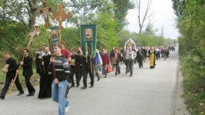 Сотни верующих прошли крестным ходом от госуниверситета до Сирецкого монастыря
