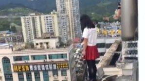 Китайский учитель спас собиравшуюся свести счеты с жизнью школьницу