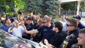 Водителя, который въехал в толпу во время протеста, арестовали на 30 суток