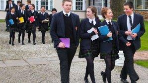 Ученикам британской школы запретили смотреть в окно и ухмыляться