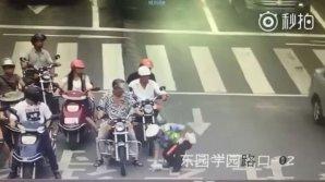 Полицейский бросился наперерез движению, чтобы убрать с дороги котенка: видео