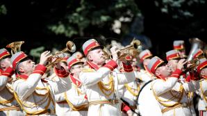 Военнослужащих поздравляют с днём Национальной армии