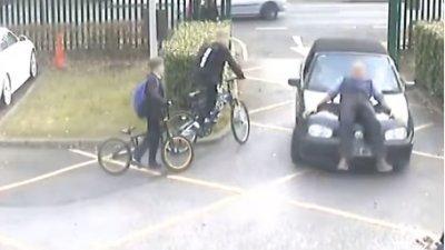 Отец, нарочно сбивший учителя на школьной парковке, сел на 10 месяцев