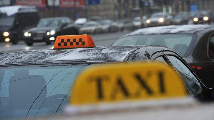 Пассажир и таксист устроили драку во время поездки в Москве: оба госпитализированы