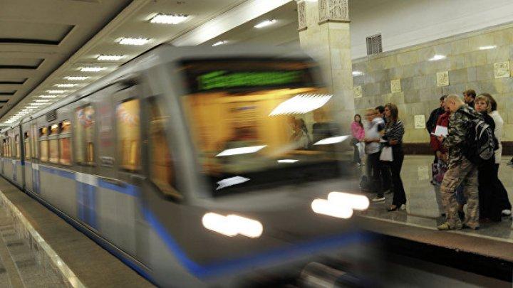 В Москве мужчина пронёс на руках сотрудника Росгвардии по станциям метро: видео