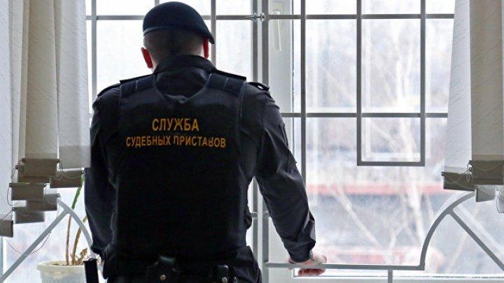 Женщина в Нижнем Новгороде окатила судебных приставов из ведра с фекалиями