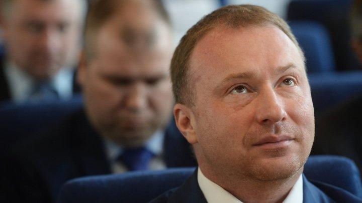 Видео: вице-спикер Госдумы оттолкнул дверью журналистку, спросившую о девочке-инвалиде