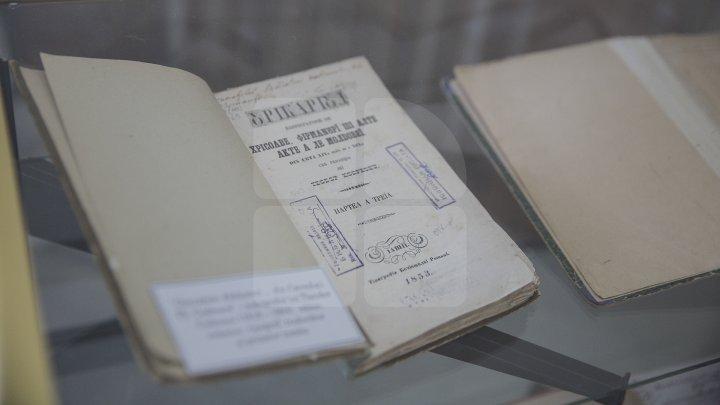 В Национальной библиотеке накануне организовали выставку старинных книг: фото
