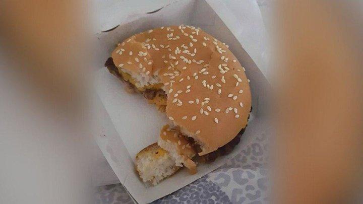 """Посетительнице """"Макдоналдса"""" продали наполовину съеденный бургер"""