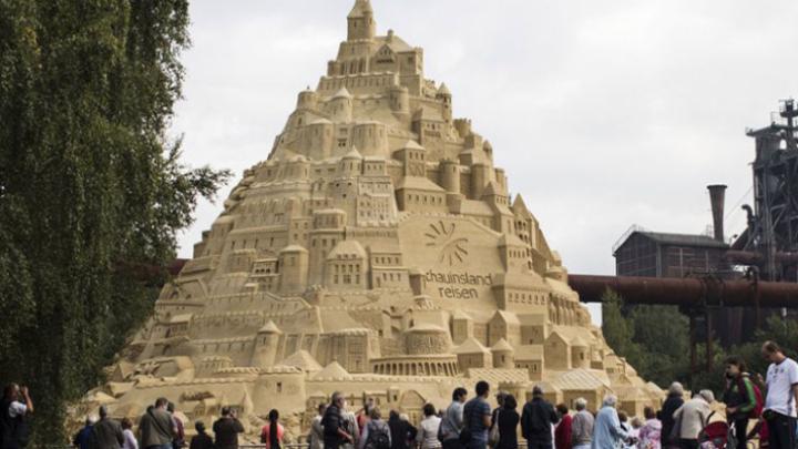 В немецком городе Дуйсбург построили самый большой в мире замок из песка
