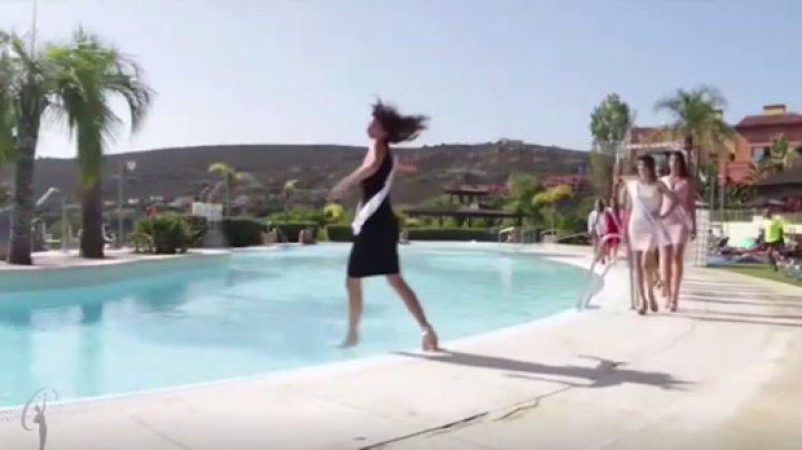 Участница конкурса красоты рухнула в бассейн во время дефиле: видео