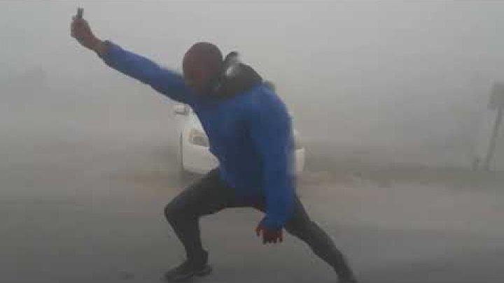 Видео с отважным метеорологом, который фиксирует скорость ветра, стало вирусным
