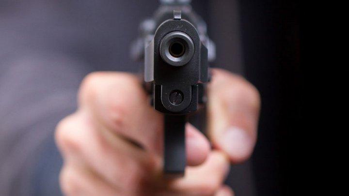 Водитель BMW пригрозил остановившейся перед пешеходом машине пистолетом: видео