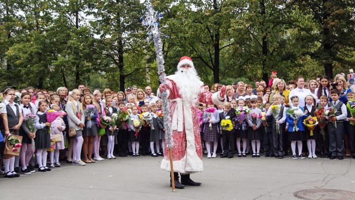 Дед Мороз и Снегурочка поздравили школьников с первым сентября: фото