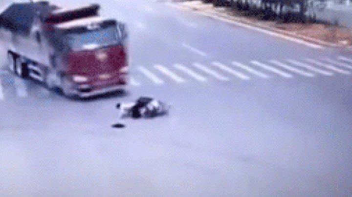Сбитый двумя грузовиками подряд китаец чудом остался невредим: видео (18+)