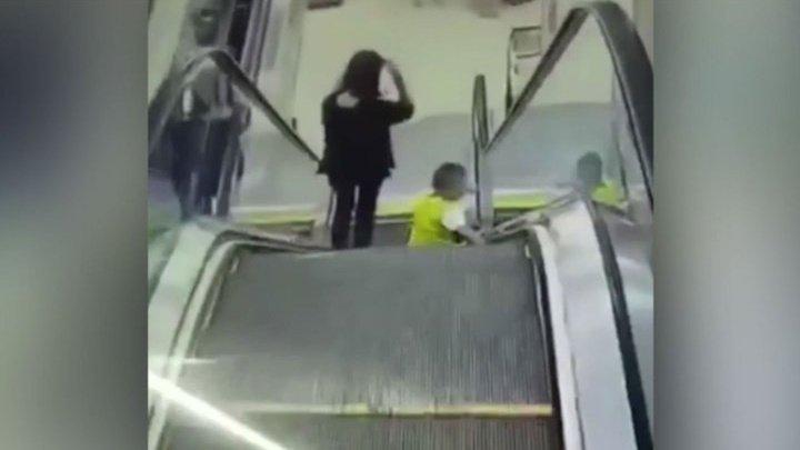 В Китае эскалатор едва не поглотил ребенка: видео