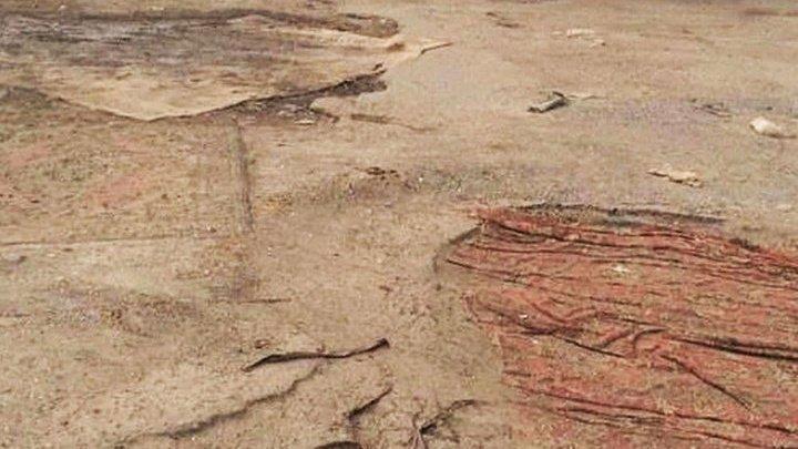 В Омске начали ремонтировать разбитые дороги старыми коврами