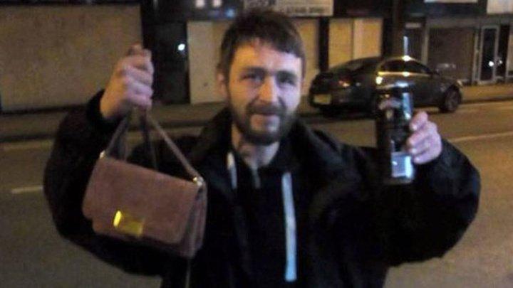 Бездомный два дня искал девушку, чтобы отдать ей забытую сумочку