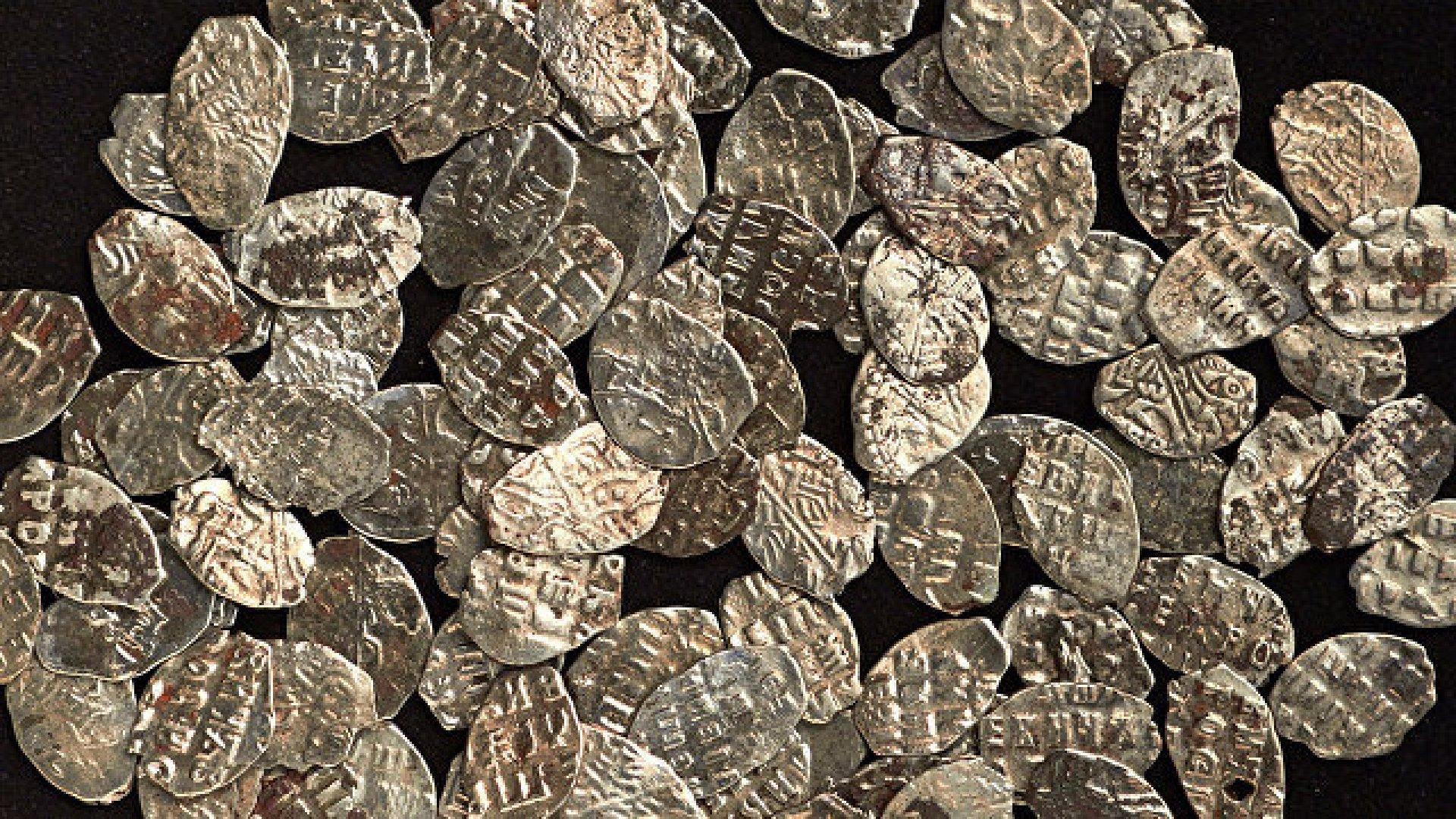 В центре москвы нашли клад с монетами петровских времен // н.