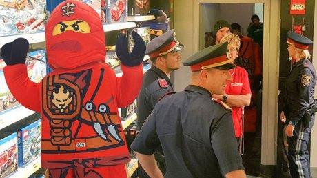 В Австрии полиция штурмовала магазин игрушек для проверки личности ниндзя