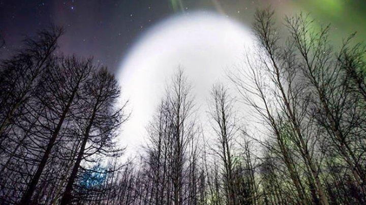 Жители Сибири увидели в небе огромный светящийся шар