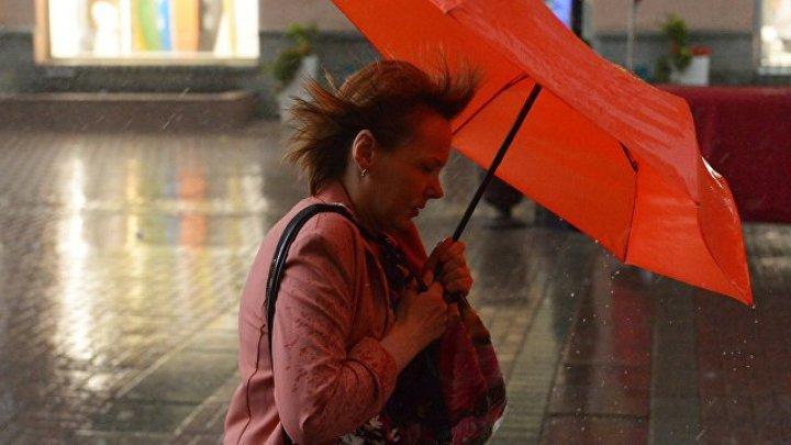 Пять человек пострадали из-за ураганного ветра в Москве