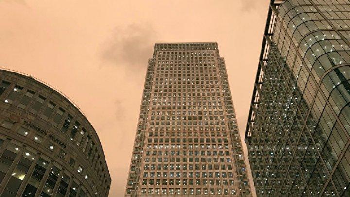 """Жителей Лондона напугал цвет неба во время урагана """"Офелия"""""""