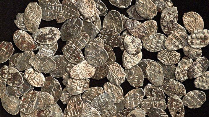 В центре Москвы нашли клад монет времен Петра I