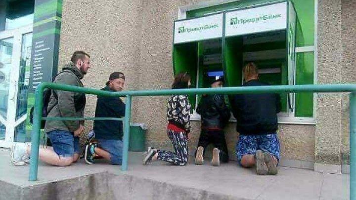 Люди становятся на колени, чтобы получить деньги в банкомате: фото
