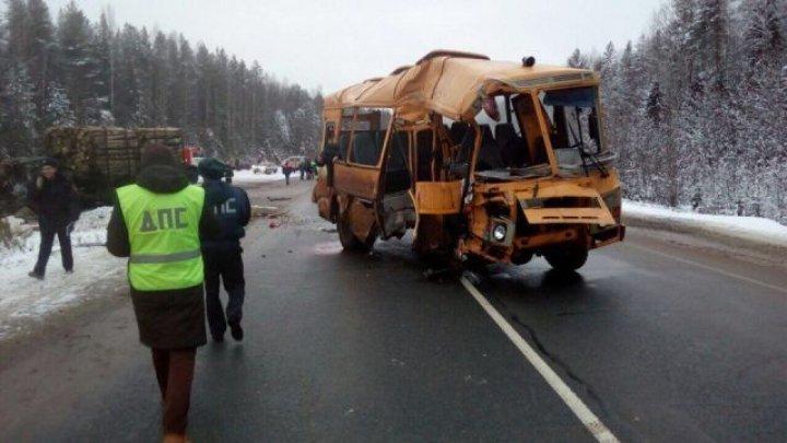 Крупное ДТП в Коми: школьный автобус столкнулся с лесовозом