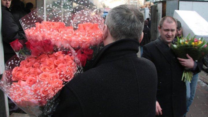 """Губернатор передал цветы журналистке, которой ответил: """"По кочану"""" на вопрос о соцвыплатах"""