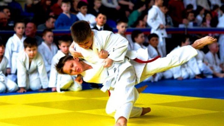 На детском турнире по дзюдо женщина избила проигравшего сына: видео