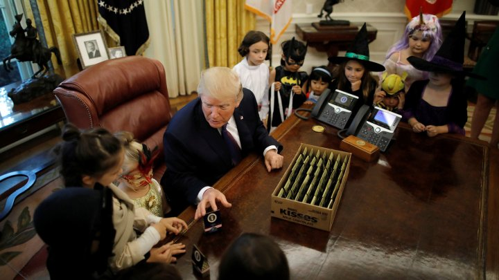 Дональд Трамп вручил сладости детям журналистов накануне Хеллоуина