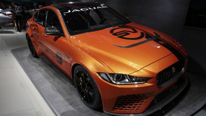 Jaguar показал новую версию седана XE с просторным салоном