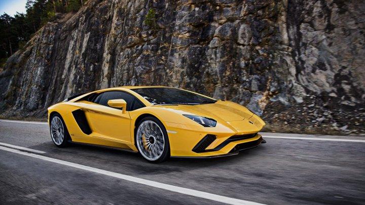 Lamborghini «засветила» новый кроссовер, пока хвалилась собственной сборочной полосой