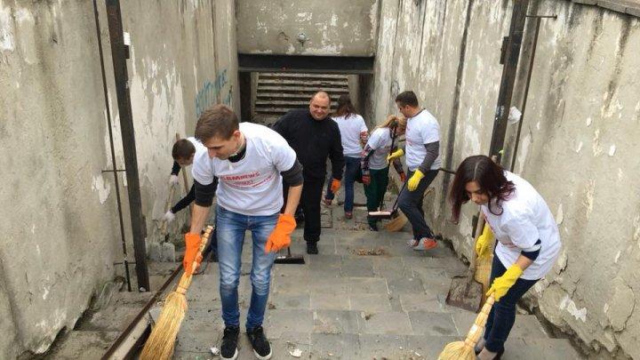 Группа волонтеров расчистила от мусора подземный переход у южного автовокзала