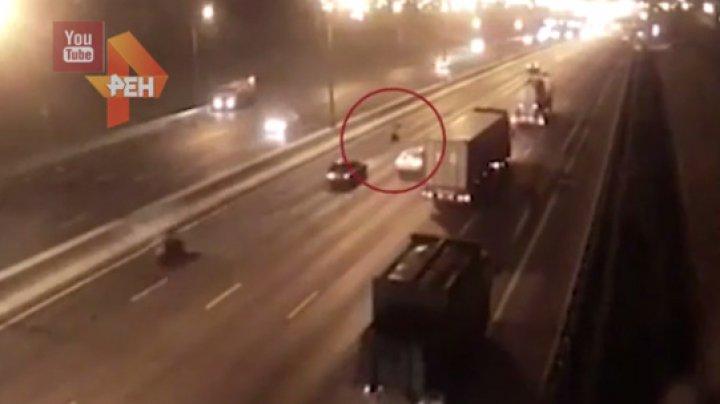Смертельное ДТП с мотоциклистом и переходившей МКАД женщиной попало на видео