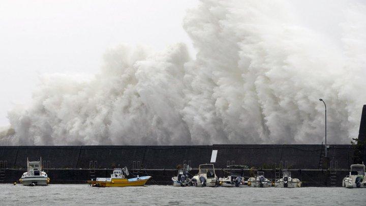 """Из-за приближения тайфуна """"Лан"""" в Японии отменены сотни рейсов"""