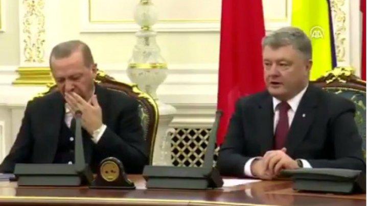 Эрдоган задремал во время пресс-конференции с Порошенко