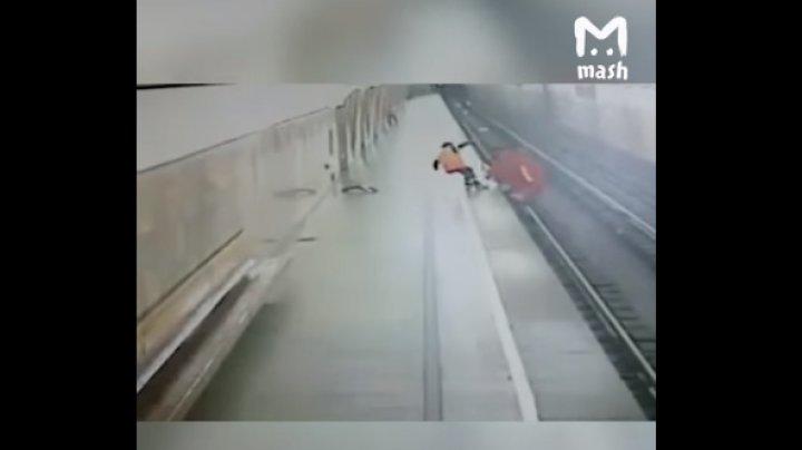 """В московском метро робот """"покончил с собой"""" бросившись на рельсы"""