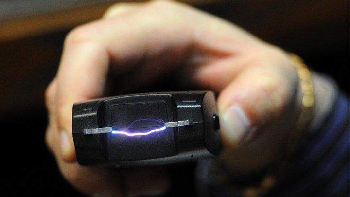 Полицейский угрожал журналистке электрошокером в зале суда