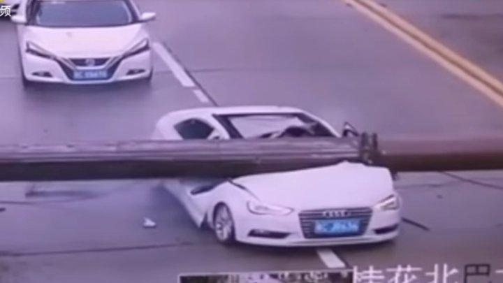 Китаец чудом выжил после падения башенного крана на машину