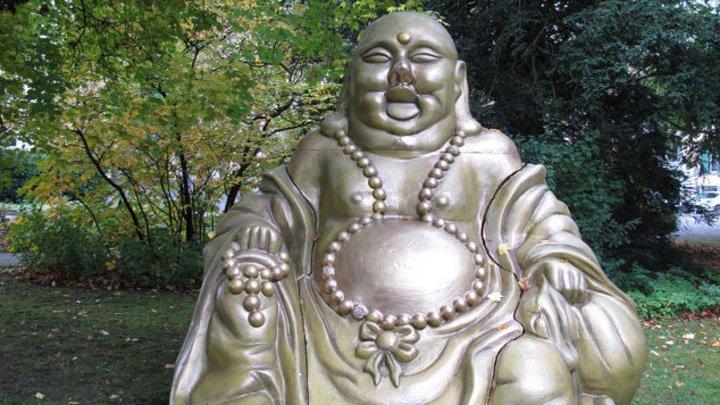 В Швейцарии неизвестные оставили в парке трехметровую статую Будды