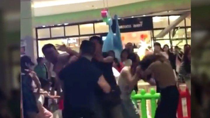 В Китае родители устроили массовую драку на детской площадке после ссоры детей: видео