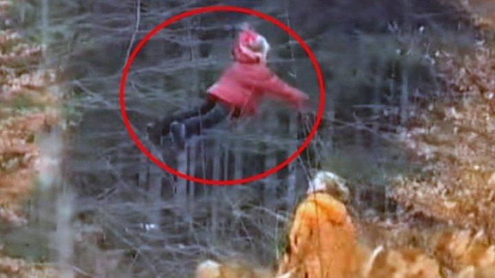 Шокирующие кадры: житель России запечатлел на видео летающею в лесу девочку