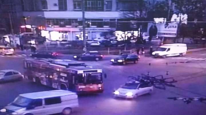 Сломанный троллейбус заблокировал движение транспорта на Ботанике: фото